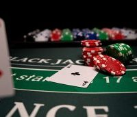 Banyak Keripik di Meja Blackjack dengan Sepuluh dan Kartu As
