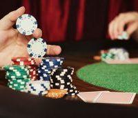 Meja Kasino Inggris dengan Tumpukan Keripik dan Kartu