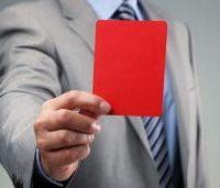 Seseorang dengan Setelan Memegang Kartu Merah