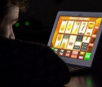 Pengguna Inggris Menonton Mesin Slot Online di Laptop