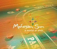 Mohegan Sun Casino Logo Di Atas Meja Judi dengan Keripik Di atasnya