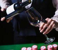 Staf Restoran Kasino Menaruh Anggur di Atas Meja Kasino